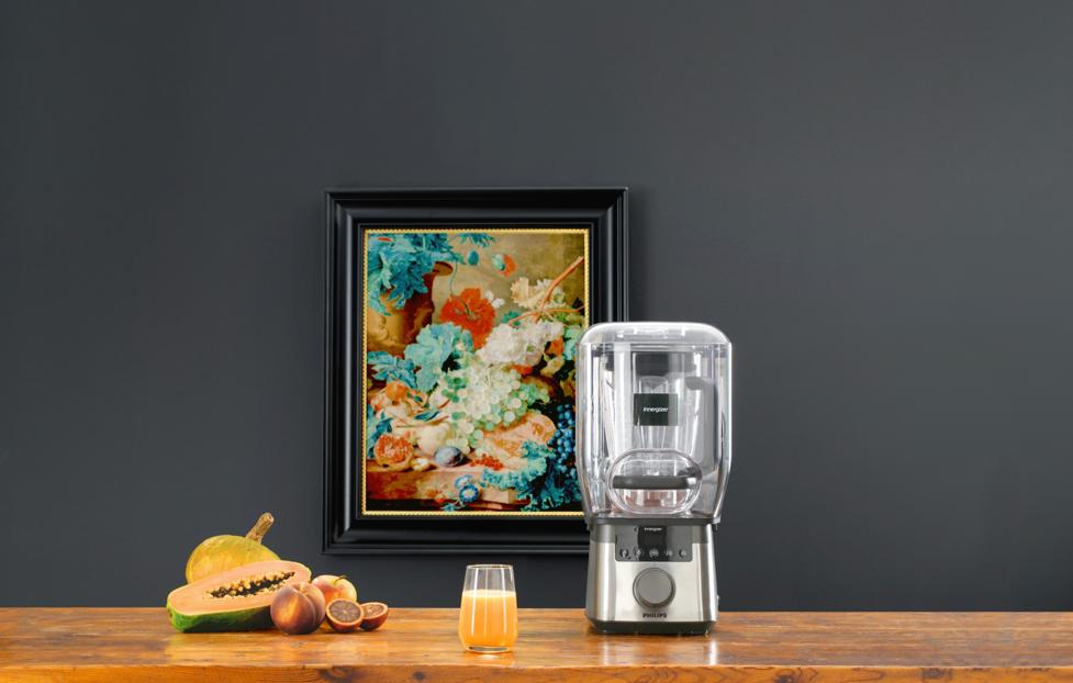 Foto Van Gogh Experience blender, fruit op tafel tegen schilderij op achtergrond