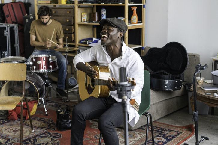 Foto Steffen Morrison zingt en speelt gitaar