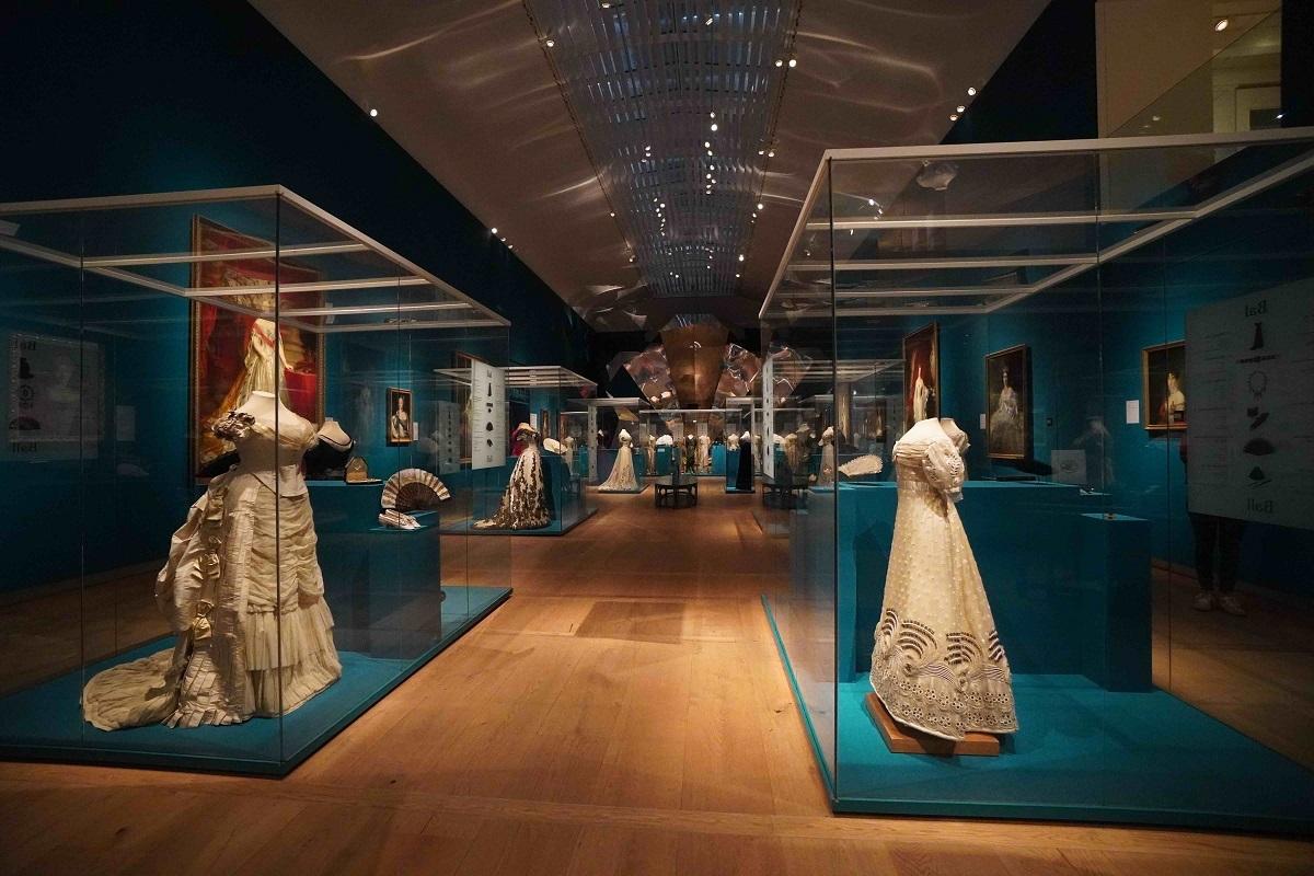 Een lege zaal in de tentoonstelling 'Juwelen' van de Hermitage,