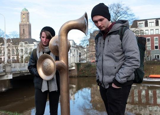 Foto: twee bezoekers bij kunstwerk